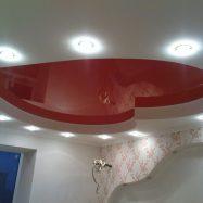 Фигурная двухуровневая конструкция со светильниками