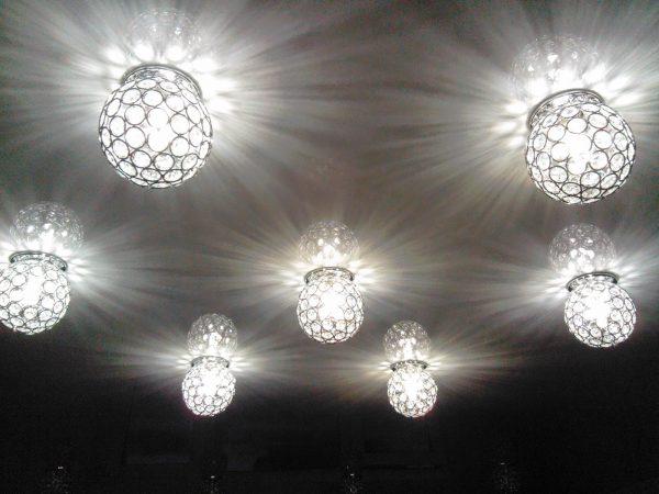 Потолок с лампочками