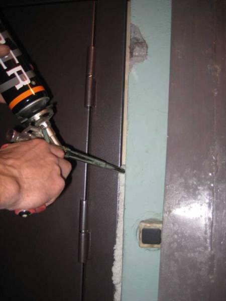 Чем очистить монтажную пену с двери