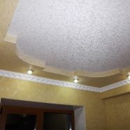 Двухуровневый потолок, оклеенный обоями