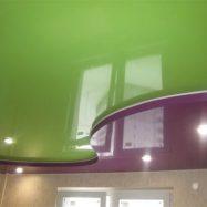 Такой натяжной потолок визуально «делит» комнату