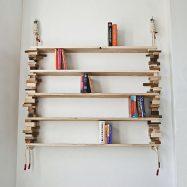 Удобная полка на стене для хранения книг