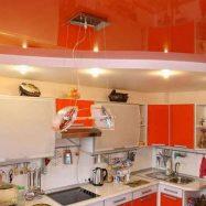 Натяжной потолок с 2-мя уровнями визуально увеличивает пространство в маленьких помещениях, таких как кухня