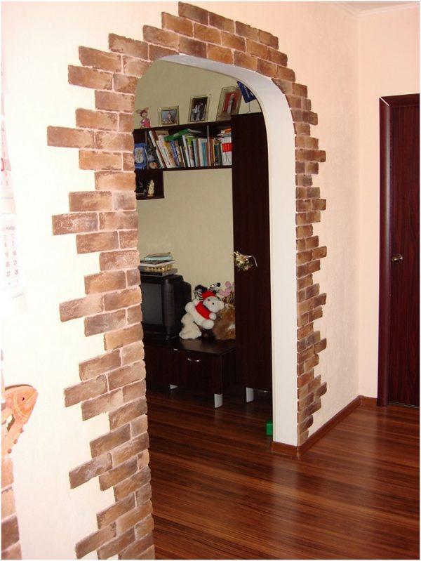 Достоинства отделки дверных проемов при помощи декоративного камня, преимущества, отличия от натурального материала