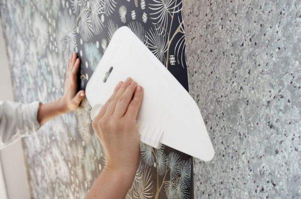 Оклеивание стен пластиковым шпателем
