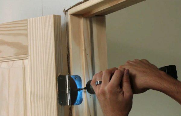 Процесс установки двери
