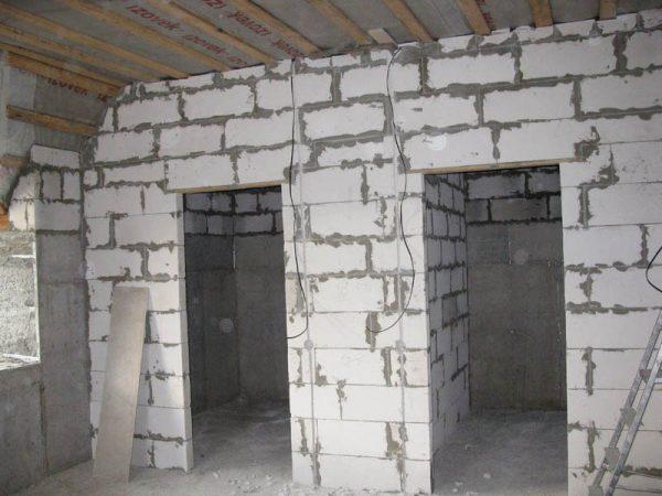 Обустройство перегородок для двух комнат, используя газобетонные блоки