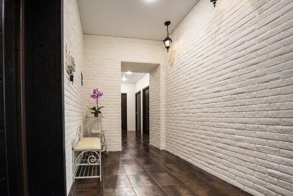 Декоративные кирпичики на стену в коридоре