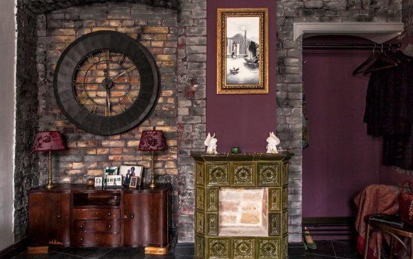 Декоративный кирпич в прихожей готического стиля